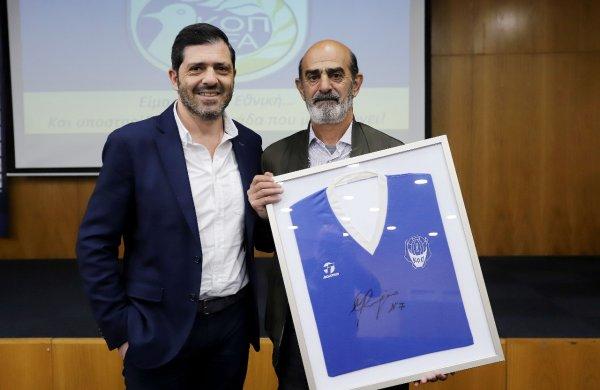 Συγκινεί ο Τάκης Μαυρής, σε δημοπρασία η ιστορική φανέλα του Κύπρος – Ιταλία 1-1!